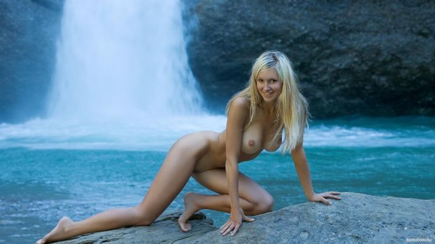 Фото бесплатно брюнетка, голая, водопад