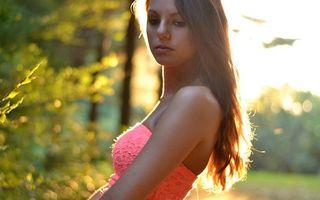 Бесплатные фото девушка,прическа,волосы,платье,глаза,руки,нос