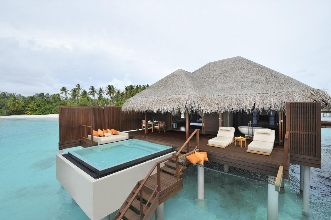 Обои дом, океан, остров, пальмы, мальдивы, бассейн, джакузи, диваны, подушки, интерьер на телефон | картинки интерьер
