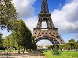 Заставки эйфелева башня,париж,осень,трава,деревья,листья,люди