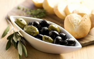 Бесплатные фото маслины,черные,зеленые,хлеб,багет,тарелка,стол