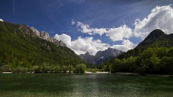 Фото бесплатно озеро, берег, деревья, горы, скалы, небо, облака, природа