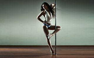 Бесплатные фото танцовщица,брюнетка,ноги,туфли,пилон,паркет,девушки