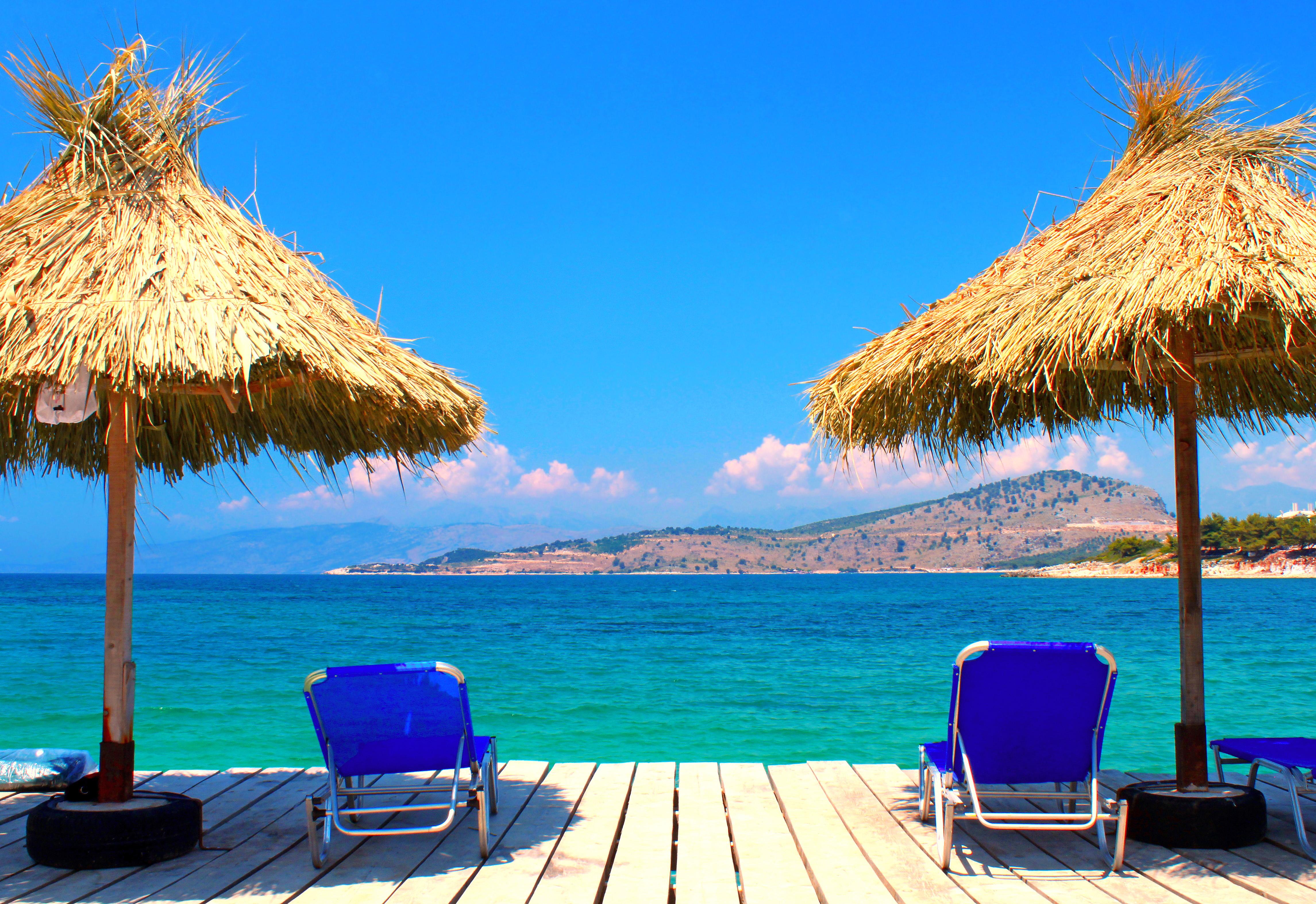 Фото красивых пляжей с лежаками