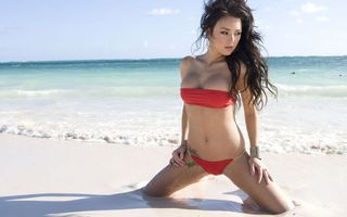 Обои дівчина, купальник, китаянка, червоний, море, пісок, вітер, девушки