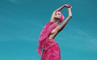 Бесплатные фото девушка,модель,розовое,платье,позирует,фон,небо