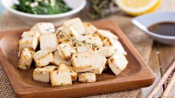 Бесплатные фото доска,кусочки,сыр,зелень,стол,деревянный,тарелки