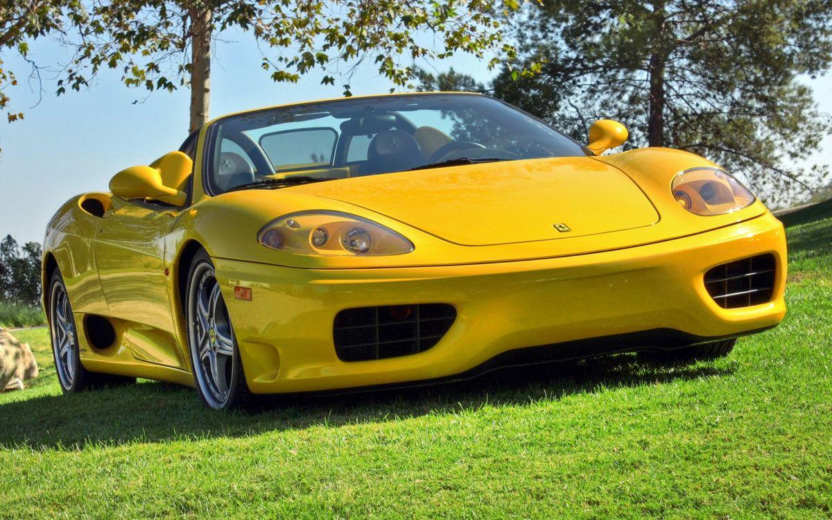 Фото бесплатно феррари, желтая, кабриолет, трава, зеленая, деревья, машины, машины