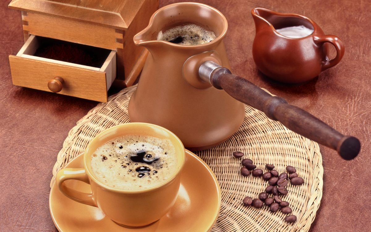 Фото бесплатно кофе, турка, пенка, чашка, кружка, блюдце, тарелка, стол, салфетка, ящик, шуфлядка, напитки, напитки