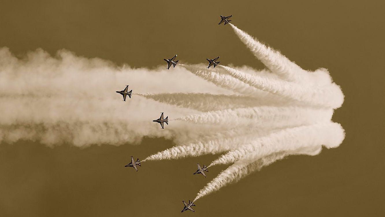 Фото бесплатно самолеты, семь, дым, небо, крылья, высоко, авиация, авиация