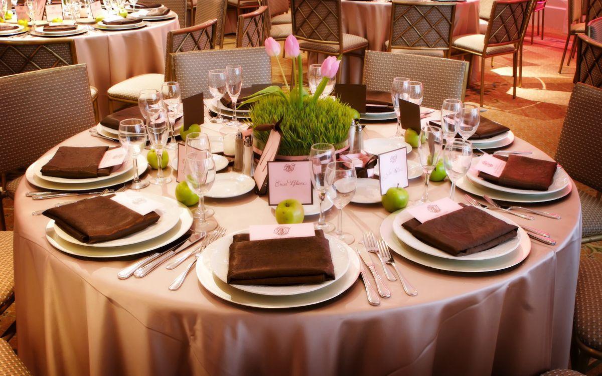 Фото бесплатно стол, зал, ресторан, кафе, обслуживание, тарелки, стаканы, фужеры, тюльпаны, трава, вилки, ножи, салфетки, скатерть, кресла, шик, интерьер, интерьер - скачать на рабочий стол