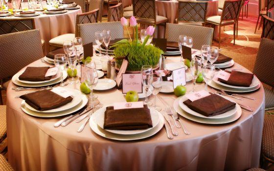 Фото бесплатно стол, зал, ресторан, кафе, обслуживание, тарелки, стаканы, фужеры, тюльпаны, трава, вилки, ножи