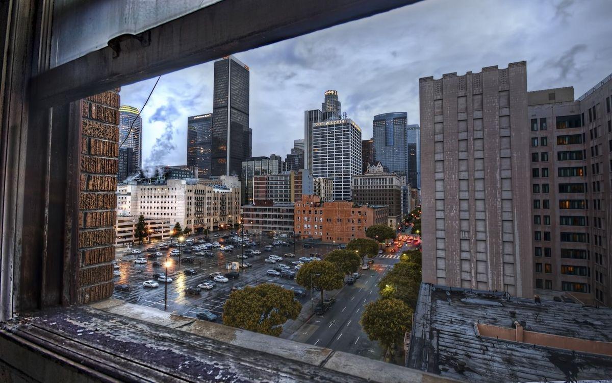 Фото бесплатно вид, окно, дома, улица, дорога, машины, город, город