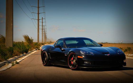 Бесплатные фото corvette,zo6,фары,диски,красные,ободок,черный,металлик,трасса,пустыня,столбы,электричество