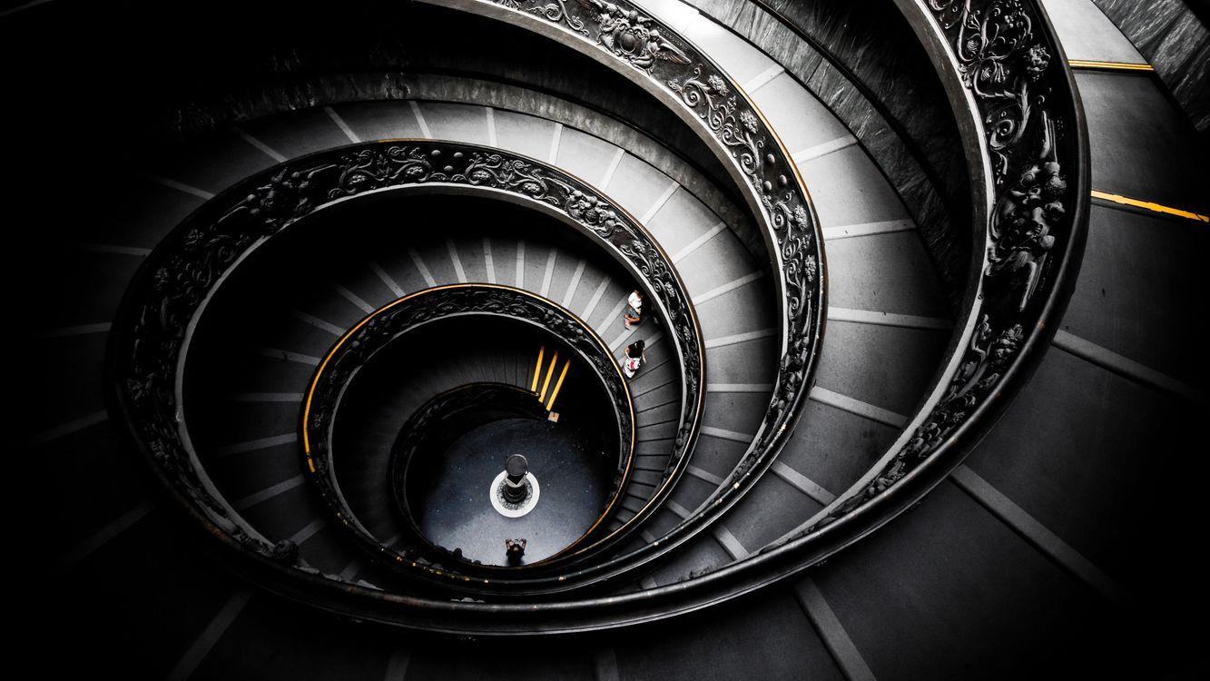 Обои лестница, винтовая, ступени, люди, перила, резные, стиль на телефон | картинки стиль