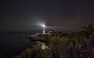 Бесплатные фото ночь,маяк,свет,дом,море,деревья,небо