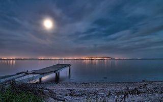 Бесплатные фото озеро,мостик,небо,луна,горизонт,городок,свет