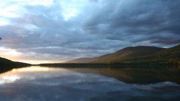 Бесплатные фото вода,холмы,зелень,небо,облака,красиво,природа
