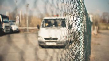 Фото бесплатно забор, сетка, стоянка, гаражи, автомобиль, микроавтобус, бус, фары, решетка, колеса, зеркало, машины