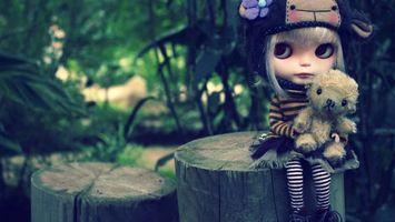 Бесплатные фото девочка,кукла,игрушка,лес,деревья,пень,собачка