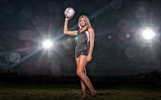 Фото бесплатно девушка, волейболистка, форма, мяч, фонари, свет, спорт