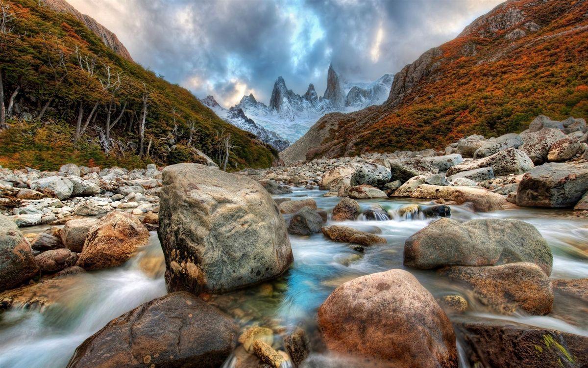 Обои горы, камни, вода, небо, молнии, деревья, природа на телефон | картинки природа - скачать