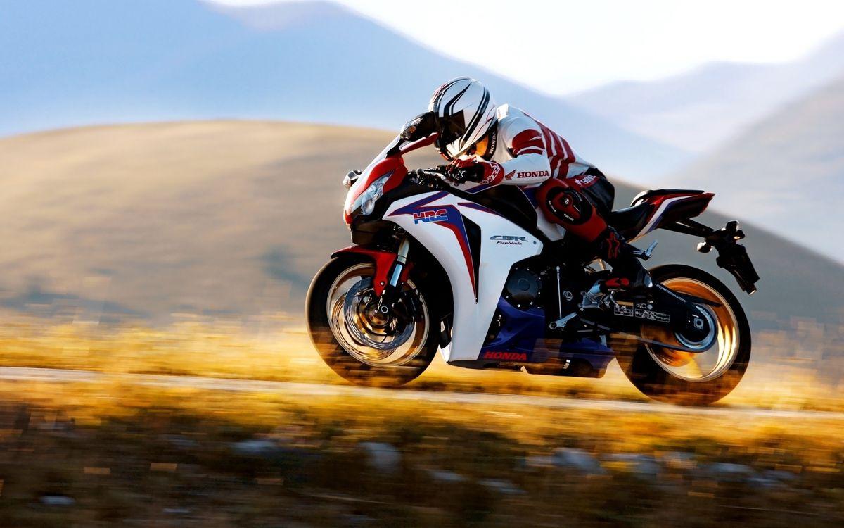 Фото бесплатно honda, мотоцикл, мотоциклист, трасса, дорога, скорость, трава, вечер, спорт, мотоциклы, мотоциклы