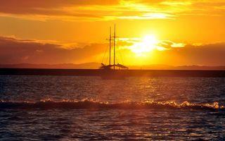 Обои море, волны, небо, солнце, закат, яхта, природа