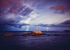 Обои море, шторм, скалы, тучи, гроза, молния, волны, ночь, природа