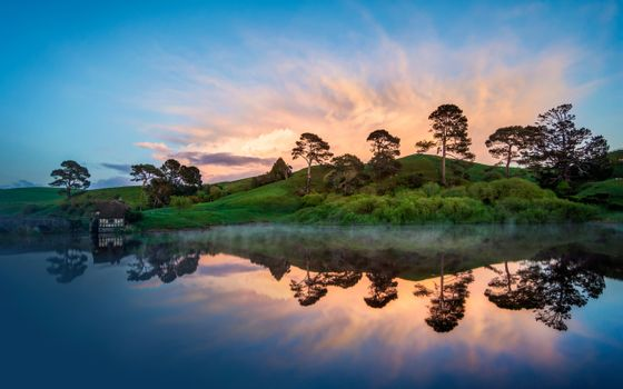 Фото бесплатно озеро, отражение, хижина, кустарник, деревья, трава, небо, облака, красота, пейзажи