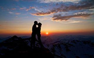 Бесплатные фото парень,девушка,любовь,поцелуй,горы,вершины,закат