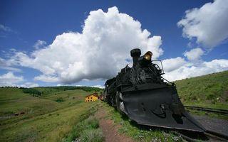 Бесплатные фото поезд,локомотив,поле,деревья,деревня,облака,небо