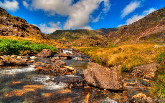 Фото бесплатно река, ручей, камни, булыжники, трава, небо, облака, горы, поток, течение, природа
