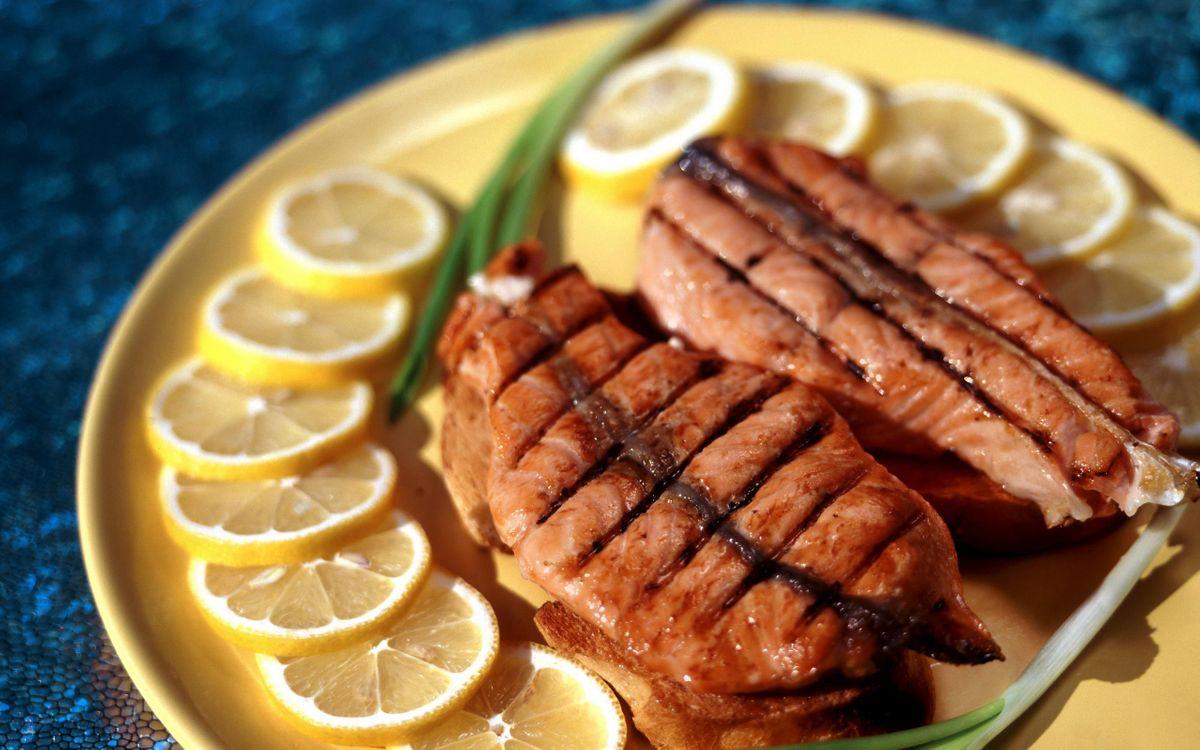 Фото бесплатно рыба, лосось, лимон, тарелка, дольки, кружки, желтый, цвет, лук, гриль, кусок, хлеб, еда, еда