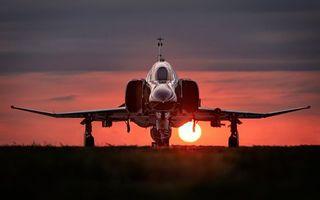 Бесплатные фото самолет,истребитель,крылья,шасси,небо,закат,солнце