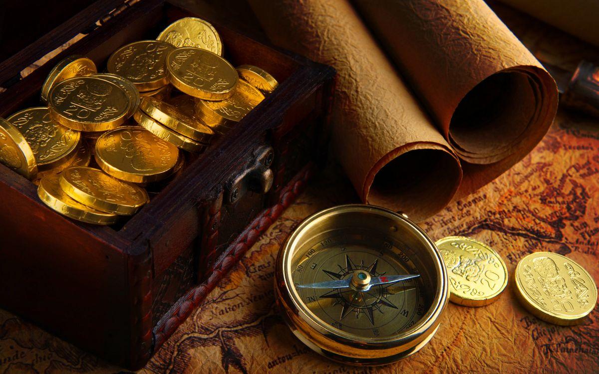 Фото бесплатно сундук, золотые, монеты, компас, старая, карта, сверток, стол, разное, разное
