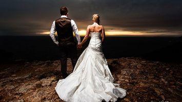 Бесплатные фото свадьба,пара,молодожены,платье,костюм,прическа,шлейф
