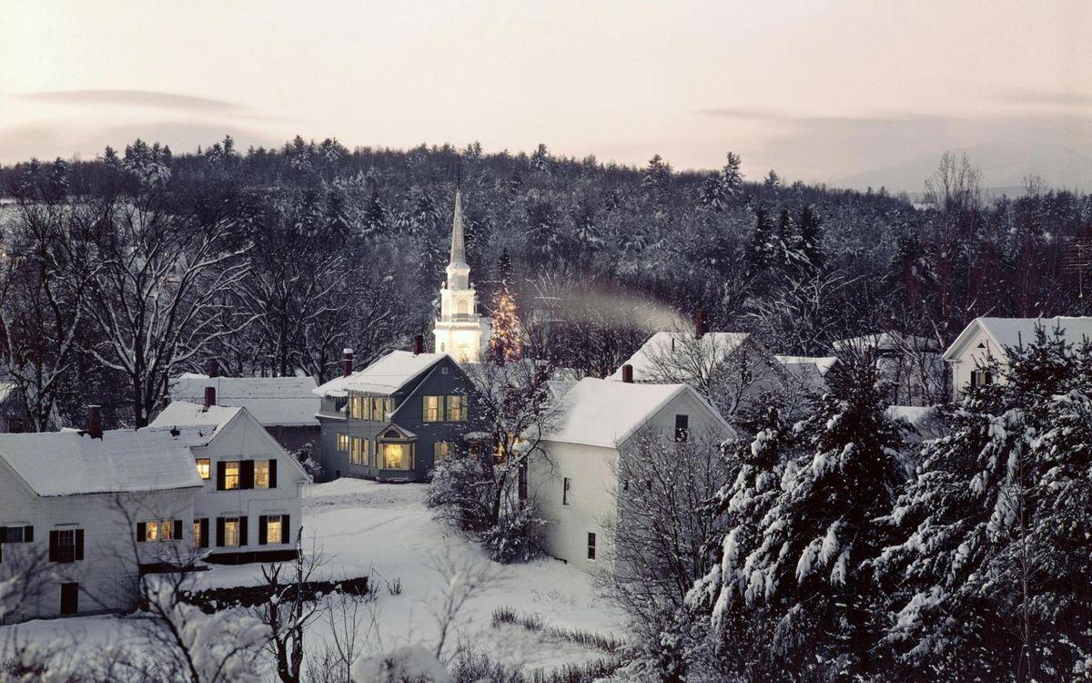 Фото бесплатно церковь, снег, дома, окна, улица, елки, город, город