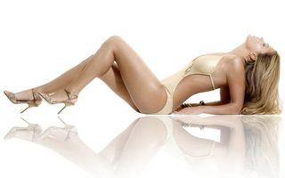Бесплатные фото блондинка,лежит,купальник,туфли,шпильки,сережки,девушки