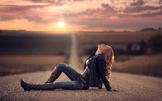 Бесплатные фото девушка,на дороге,закат,солнца,блондинка,длинные,волосы