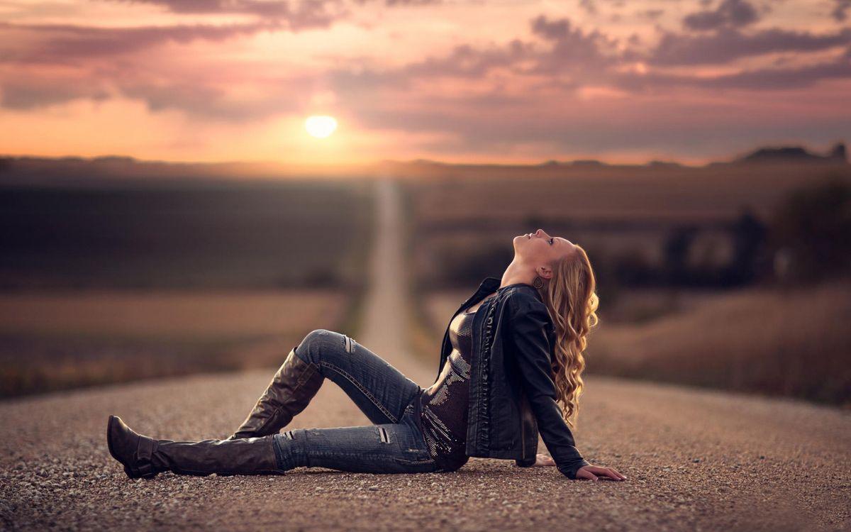 Фото бесплатно девушка, на дороге, закат - на рабочий стол