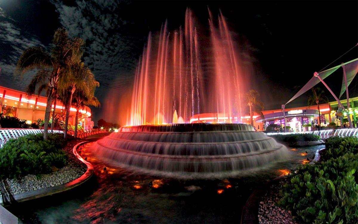 Фото бесплатно фонтан, вечер, небо, черное, ночь, огни, свет, ресторан, трава, деревья, вода, пальмы, город, город