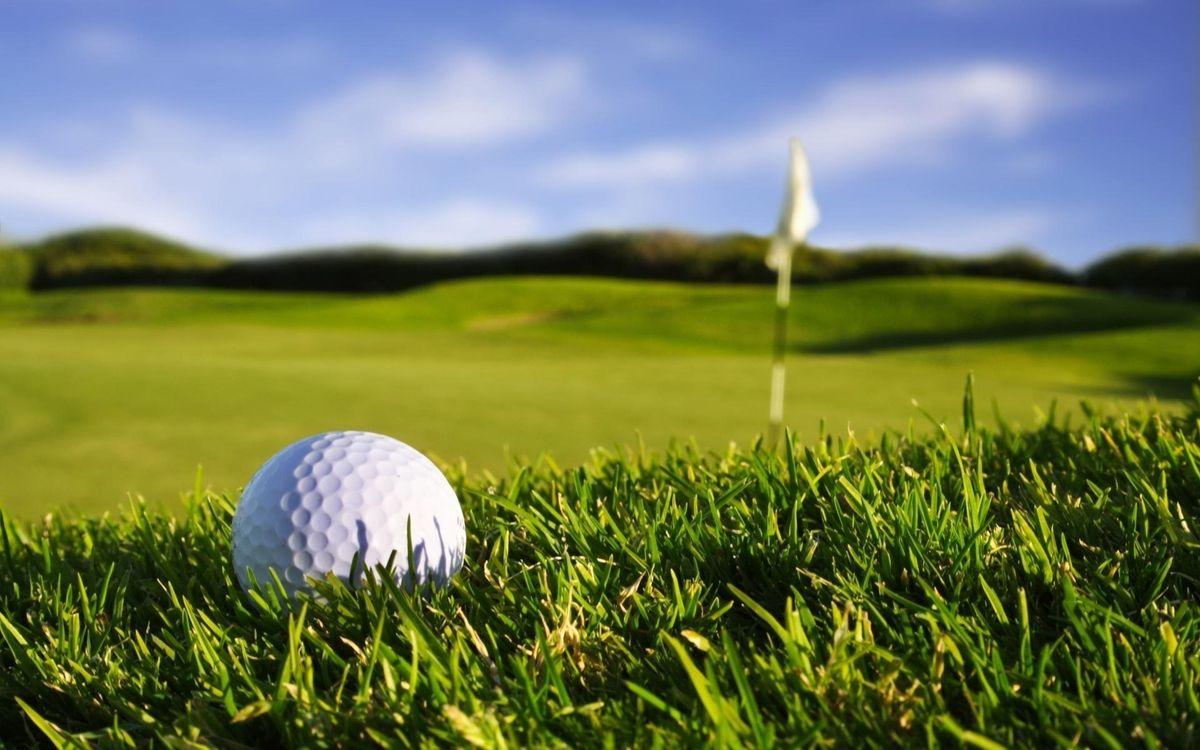 Фото бесплатно гольф, мяч, флажок, поле, трава, соревнование, лето, небо, облака, холм, белый, игры, спорт, спорт