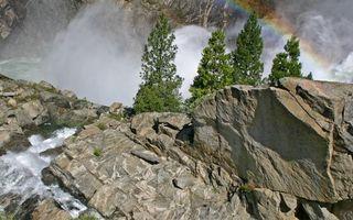 Фото бесплатно горы, скалы, камни, деревья, водопад, брызги, радуга