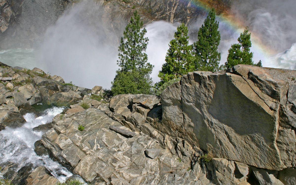 Фото бесплатно горы, скалы, камни, деревья, водопад, брызги, радуга, природа