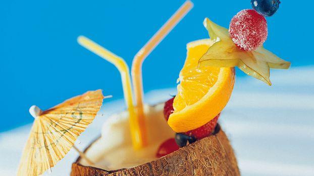 кокос, напиток, трубочка, зонтик, ягоды