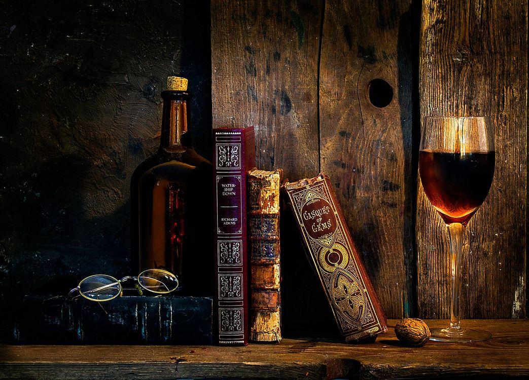 Фото бесплатно натюрморт, композиция, книги, бокал, вино, бутылка, очки, дерево, доски, старина, разное