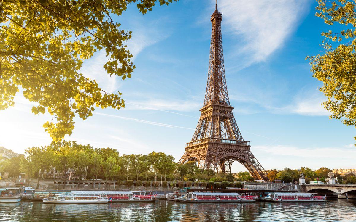 Обои париж, эйфелева башня, достопримечательность, деревья, река, трамвайчики, город на телефон | картинки город