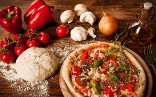 Бесплатные фото пицца,тесто,мука,помидоры,перец,грибы,лук