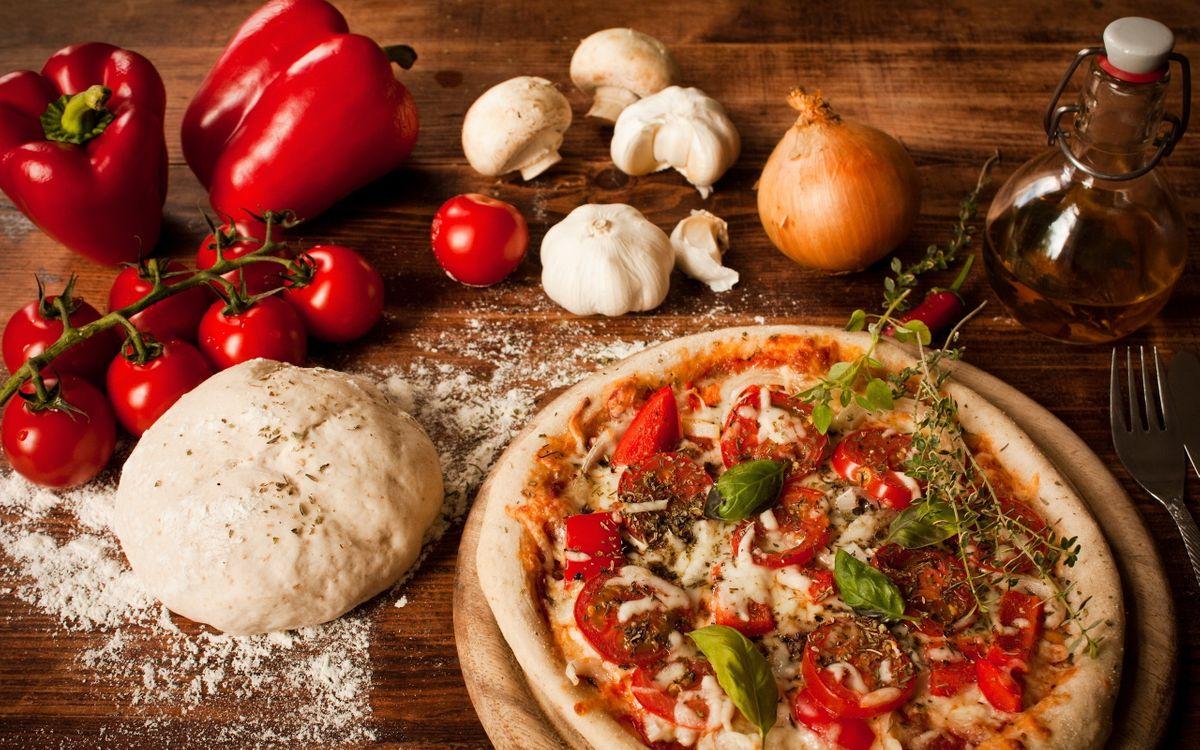 Фото бесплатно пицца, тесто, мука, помидоры, перец, грибы, лук, еда, еда
